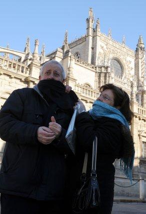 Dos personas muy abrigadas por la ola de frío.  Foto: Juan Carlos Vázquez