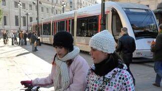 Dos chicas pasean por la calle bien abrigadas.  Foto: Juan Carlos Vázquez