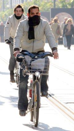 Los ciclistas combaten el frio con bufandas.  Foto: Belén Vargas