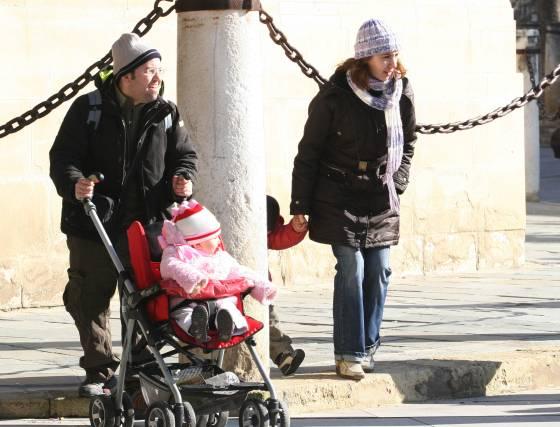 Una familia se abriga contra la ola de frío que azota la ciudad.  Foto: Belén Vargas