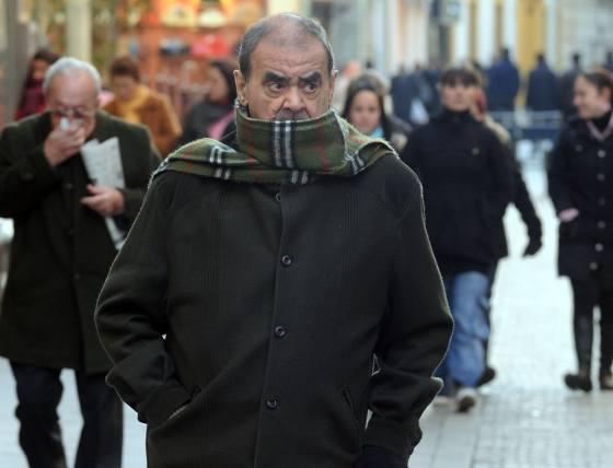 Un hombre pasea muy abrigado.  Foto: Juan Carlos Vázquez