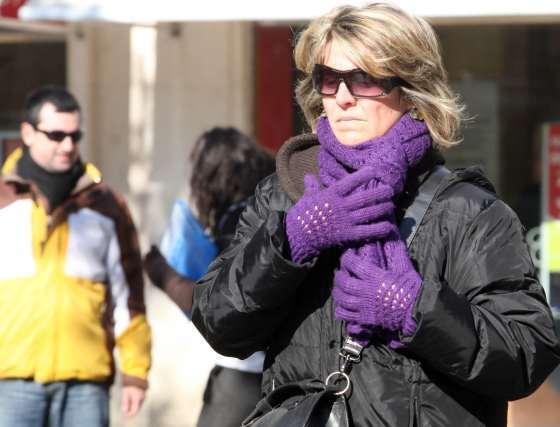 Una mujer se refugia del frío de la ciudad.  Foto: Belén Vargas