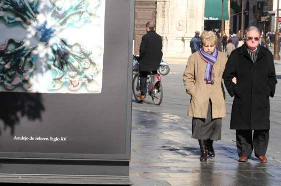 Dos personas paseando por la Avenida muy abrigadas.  Foto: Belén Vargas