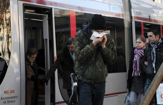 Tres personas, al bajar del tranvía, muy protegidas contra el frío.  Foto: Victoria Hidalgo