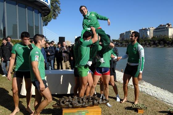 La alegría patente de los competidores tras ganar esta edición de la regata.  Foto: Manuel Gómez