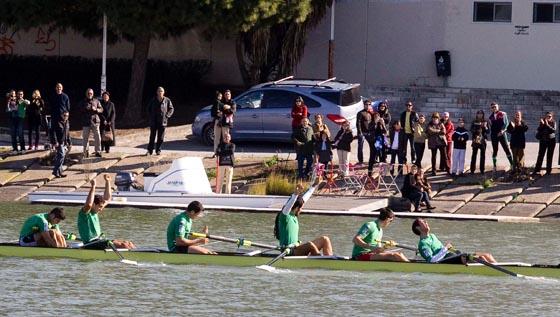 Los ganadores de la clásica regata del Guadalquivir celebran la victoria ante los aficionados.  Foto: Manuel Gómez