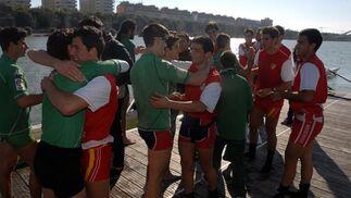 Los rivales se funden en un abrazo después de la competición.  Foto: Manuel Gómez