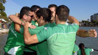 El equipo verdiblanco hace una piña para celebrar la victoria.  Foto: Manuel Gómez