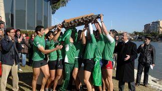El equipo verdiblanco levanta en peso el trofeo.  Foto: Manuel Gómez