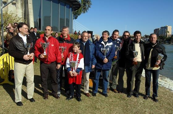 Los veteranos del equipo sevillista muestran sus trofeos.  Foto: Manuel Gómez