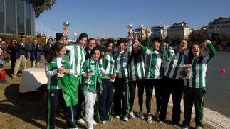 El equipo femenino celebra la victoria con los trofeos entregados por la organización.  Foto: Manuel Gómez