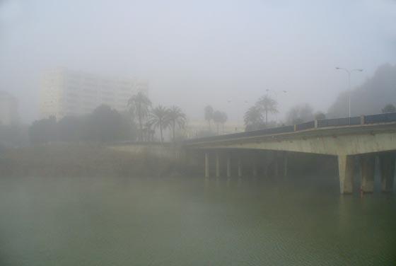 Niebla en el río a la altura del Puente de Los Remedios  Foto: Juan Carlos Muñoz