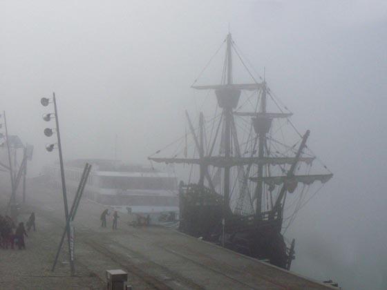 El contraste del crucero y la goleta, en el puerto de Sevilla.  Foto: Juan Carlos Muñoz