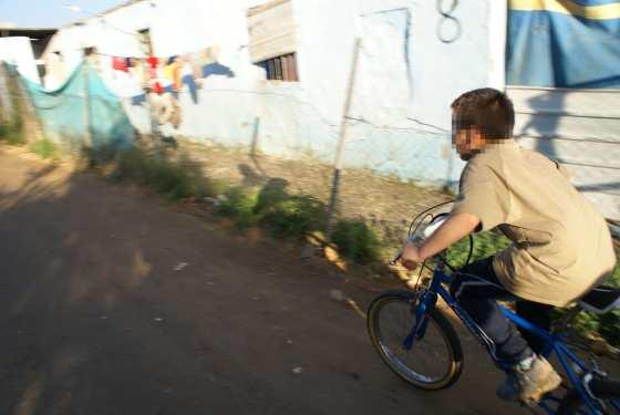 Un joven de la Verea del Cerero disfruta de su nueva bicicleta.