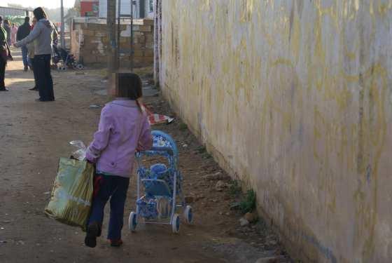 """Una niña vuelve a su """"casa"""" cargada de regalos."""