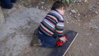 Un niño juega con su coche nuevo.