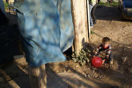 Un niño juega con una pelota.
