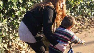 Una voluntaria ayuda a un niño con su regalo.