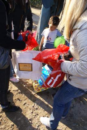 Un niño abre todos los regalos recibidos.