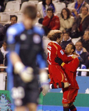 Capel salta para felicitar a Luis Fabiano.  Foto: Agencias