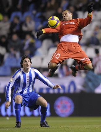 Colotto observa el salto de Luis Fabiano.  Foto: Agencias