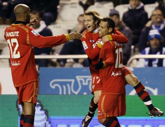 Kanoute y Capel felicitan al goleador.  Foto: Agencias