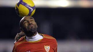 Kanoute peina un balón.  Foto: Agencias