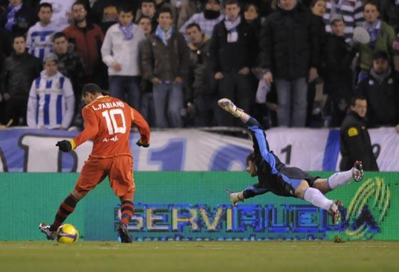 Luis Fabiano aprovecha un fallo coruñés para regatear a Fabricio y marcar el 0-2.  Foto: Agencias