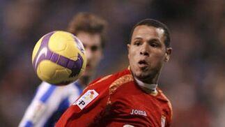 Luis Fabiano se prepara para recibir el balón.  Foto: Agencias