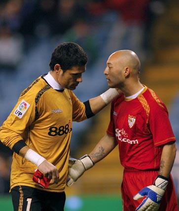 Palop entrega sus guantes a Chevantón tras ser expulsado.  Foto: Agencias