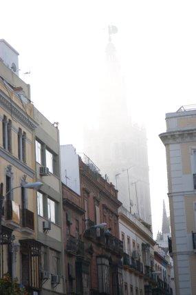 La niebla envuelve Sevilla