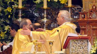 El cardenal Amigo felicita efusivamente a monseñor Asenjo.  Foto: Juan Carlos Vazquez