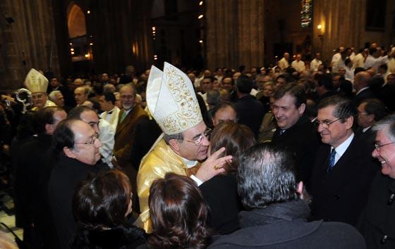 Asenjo es felicitado por sus familiares.  Foto: Juan Carlos Vazquez