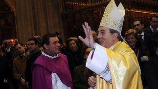 Juan José Asenjo saluda al numeroso público que se congregó en la catedral.  Foto: Juan Carlos Vazquez