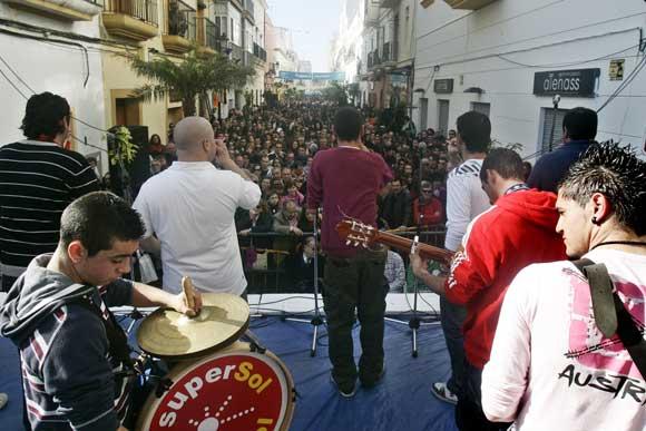 Miles de personas llenaron el casco histórico para disfrutar de la antesala del Carnaval con la 29 Erizada.  Foto: Lourdes de Vicente
