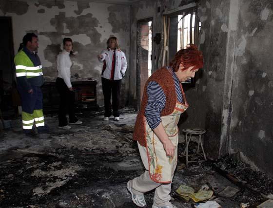 La vivienda de Cájar donde resultó herida una mujer, que se encuentra hospitalizada, quedó totalmente destruída. Se investiga si las llamas fueron provocadas. / Pepe Torres  Foto: Pepe Torres