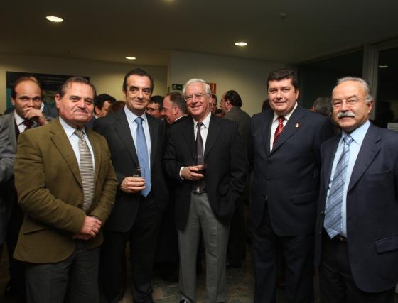 De izquierda a derecha: Tomás Díaz (Joldis), junto a José Luis Masi, de Acerinox, Javier Moyano (Grupo Joly), Jaime Botella (Acerinox), Alonso Rojas, alcalde de Los Barrios, y manuel Morón, presidente de la Autoridad Portuaria de la Bahía de Algeciras  Foto: ERASMO FENOY / PACO GUERRERO