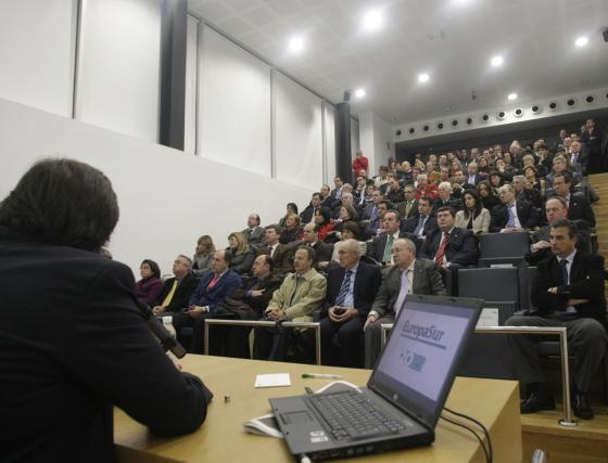El numeroso público asistente al acto atiende a las intervenciones, en la Cámara de Comercio del Campo de Gibraltar  Foto: ERASMO FENOY / PACO GUERRERO