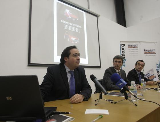 Alberto Grimaldi presenta a los asistentes el número especial editado con motivo del vigésimo aniversario de 'Europa Sur'  Foto: ERASMO FENOY / PACO GUERRERO
