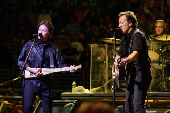 John Fogerty toca con Springsteen y la E Street Band en el concierto 'Vote For Change' celebrado el 1 de octubre de 2004 en Filadelfia.  Foto: Scott Gries / Afp