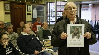 El abuelo de Marta enseña la foto de su nieta.  Foto: Antonio Pizarro