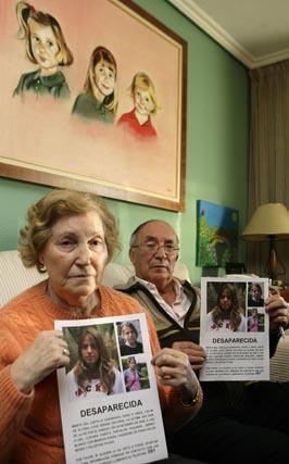 Los abuelos de Marta enseñan varias foto de su nieta.  Foto: Antonio Pizarro