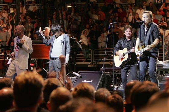 Michael Stipe (REM), Conor Oberst (Bright Eyes) y John Fogerty tocan junto a Springsteen en el concierto 'Vote For Change' celebrado el 1 de octubre de 2004 en Filadelfia.  Foto: Scott Gries / Afp