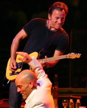 Michael Stipe, cantante de REM, junto a Bruce Springsteen en el concierto 'Vote For Change' celebrado el 1 de octubre de 2004 en Filadelfia.  Foto: Rusty Kennedy / Ap