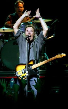 Springsteen canta en el concierto de apertura de la gira de 'The Rising', el 7 de agosto de 2002 en Nueva  Jersey.   Foto: Jeff Christensen  / Reuters