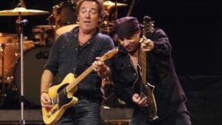Springsteen toca junto a Steven van Zandt en Madrid.  Foto: Andrea Comas / Reuters