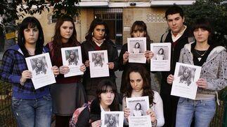 Un grupo de amigos portan una foto de Marta.  Foto: Antonio Pizarro