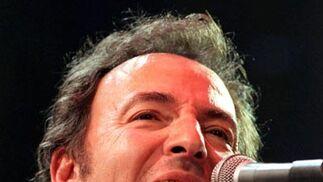 El cantante estadounidense, con su inseparable harmónica en un concierto de 1998.  Foto: Peter Jordan / Efe