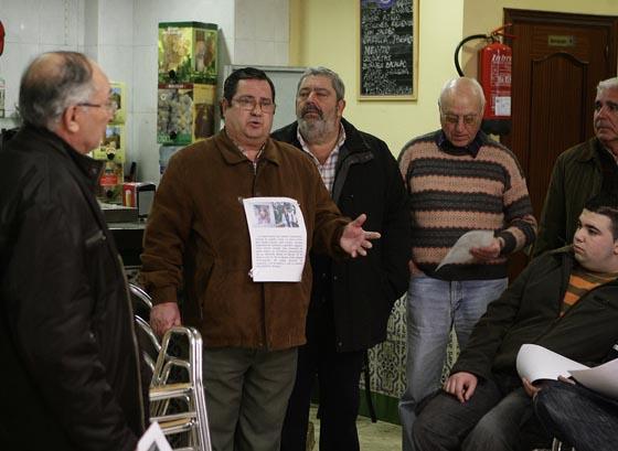 Muchos vecinos muestran su solidaridad con la familia.  Foto: Antonio Pizarro