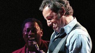 Clarence Clemons sonríe mientras toca Bruce Springsteen en Phoenix, el 15 de octubre de 1999.  Foto: Mike Fiala / Ap